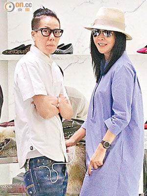 刘嘉玲(右)在名店买衫,见到记者时笑容满面