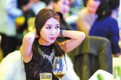 2013年11月30日,郭美美参加一珠宝慈善拍卖会。图/CFP
