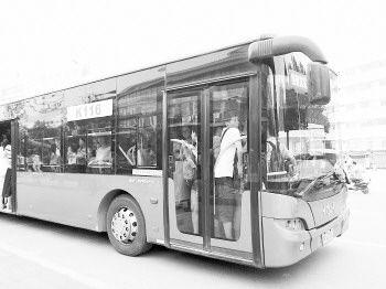 勉强挤上去的乘客脸都贴在门上,身子也没法动。
