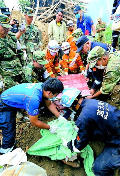 8月5日,山东红十字会蓝天救援队队员在红石岩村参加救援。(房贤刚)