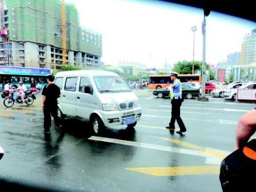 交警拦下不礼让行人的车辆。