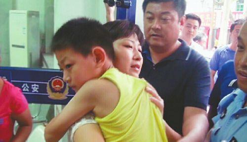 被解救的男童与家人团聚(视频截图警方提供)