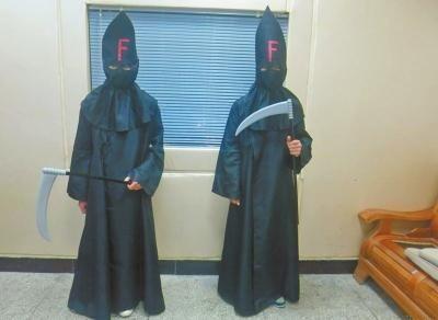 """两名身着黑衣手持""""凶器""""的准高中生"""