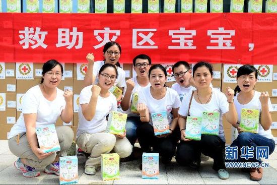 8月7日,在山东省红十字会救灾备灾中心,爱心志愿者向灾区群众传递祝福。新华社记者 郭绪雷摄