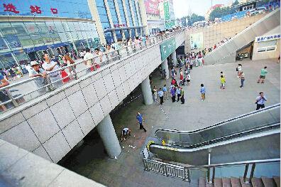 今天(10日)下午4点40分左右,济南火车站出站口扶梯突然发生故障,扶梯逆行导致部分出站乘客从扶梯滚落,现场至少有4人受伤。