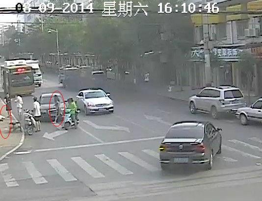 第二辆奥迪车停下,女司机和两名同伴走向路边老人。