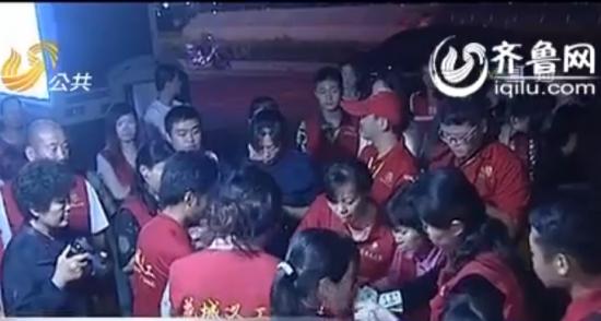 菏泽花城义工团等社会团体和企事业单位迅速自发组织起了救助小佀然的募捐活动(视频截图)