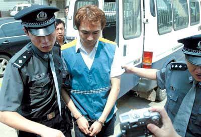 2003年,高虎在拍片过程中将灯光师撞成重伤致死,因过失致人死亡罪被判处有期徒刑一年缓刑一年。