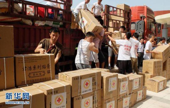 8月12日,在山东省红十字会,志愿者将救灾物资搬上即将奔赴云南鲁甸地震灾区的卡车。当日,一批价值超过200万元的救灾物资从山东省红十字会起运发往云南地震灾区,目前山东省红十字会向云南灾区运送救灾物资累计价值超过了600万元,这些物资包括药品、奶粉、方便面、洗漱包、棉被等。云南鲁甸地震发生后,山东省红十字会第一时间启动一级救灾响应,山东省红十字救援队、山东省红十字赈济救援队先后赶赴灾区开展救灾工作。新华社记者 徐速绘 摄