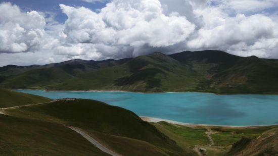 今天下午我们游览的羊湖实在是冲击视觉,震撼心灵。高原中的牧场,湖泊,岛屿,温泉丰富的野生动植物,和寺庙,民居等多重景观的混合体。虽然眼前是一片湖,却给人一种海天一色的错觉,在山上山下和湖边每个角度看羊湖都有不同的风景。面对如此盛景,相机的快门声不绝于耳,大家都想把这瞬间的美变成永恒的记忆。路途中我们还发现一件有趣的事,路边的岩石上画了许许多多白色的梯子,后来领队给我们讲解才知道,藏族人民都相信轮回,而梯子是意味着人的来世是通向天堂的。