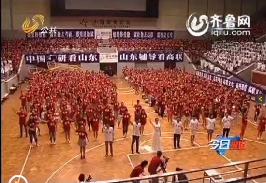 下午两点,在皇亭体育馆的室内篮球场上,备战考研的学子们与辅导老师载歌载舞共同演绎了一曲考研大学生版的《小苹果》,现场气氛热烈,学生们也是尽情投入。