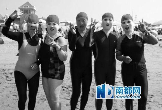 """8月8日,青岛海边,""""脸基尼""""大妈重出江湖。"""