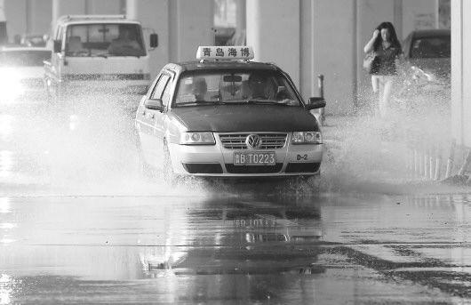 8月13日上午,山东青岛下起了急雨,部分路段大量积水。