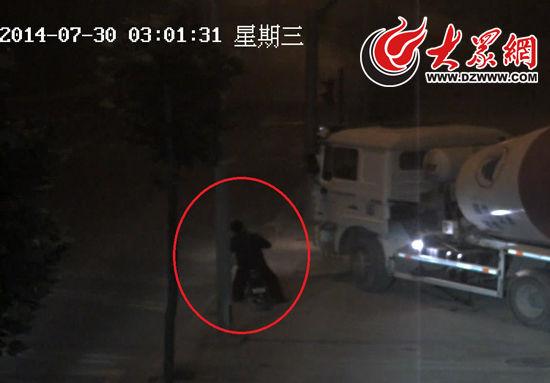 """在""""7·30""""碰瓷案件中,大罐车距离骑车人一米多的时,他便开始作倒地状,而这整个过程都被监控摄像头拍下。"""