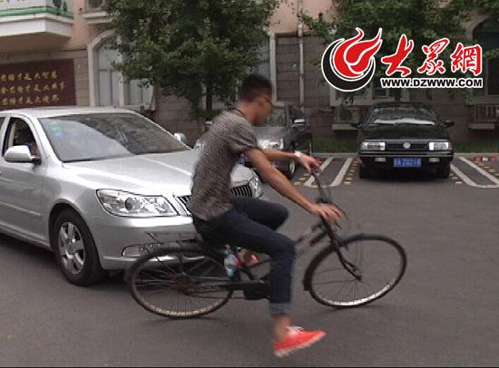 模拟碰瓷常见手法1:斜插到车头前,故意倒地 摄影:贺辉