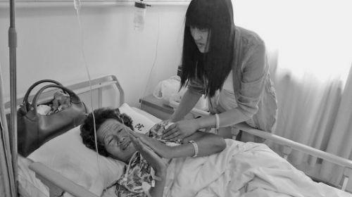 李秀华老人躺在病床上,对救命恩人表示感谢。本报记者 宋佳 摄