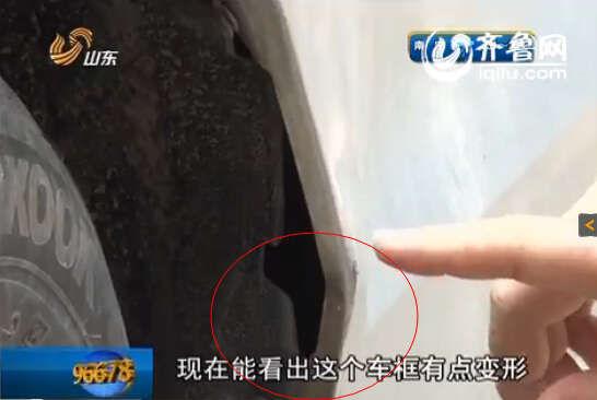 男子扣动了扳机,庆幸的是当时枪口冲着车底,没有伤到民警(视频截图)