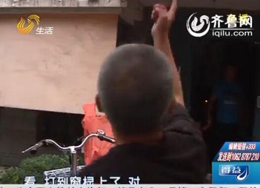 记者正在采访,居民称小心射击,接着有不明物体击中窗棂。