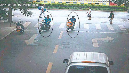 得手后,陈某、黄某骑电动车离去。