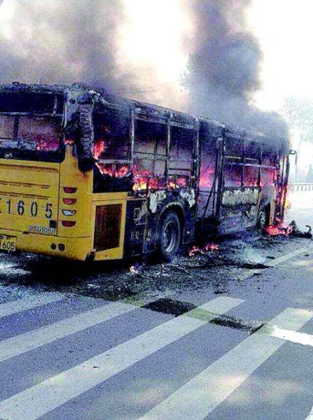 20日,烟台龙口一公交车被烧得面目全非。(微博供图)