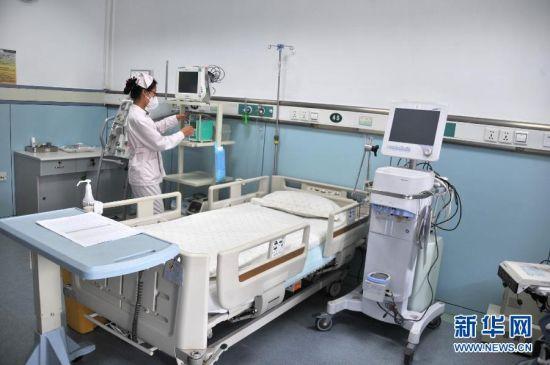 8月20日,山东省胸科医院的医护人员在可用于收治埃博拉病例的高等级隔离病房内检测设备,该病房为负压病房,循环空气经过特殊设备消毒。近日,山东省指定山东省胸科医院为该省的埃博拉出血热定点收治医院,以有效控制可能发生的埃博拉出血热疫情传入风险,提早开展疫情防范和应对准备。山东省胸科医院拥有国内先进水平的高等级隔离病房和救护设施,医院制定了埃博拉出血热防控方案、埃博拉出血热诊疗方案,一旦发现病例,将落实病例隔离救治、专家组会诊、医院感染控制、个人防护和消毒等各项应急措施。此外医院在专用检测试剂、耗材、药物、消杀药械以及防护用品等方面也做好了充分储备工作。新华社记者 徐速绘 摄