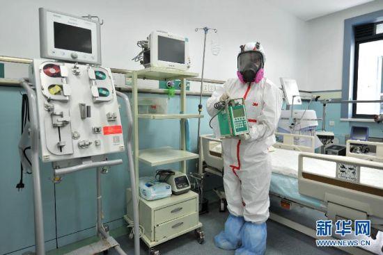 8月20日,山东省胸科医院的医护人员在高等级隔离病房进行埃博拉出血热病人收治预案演练。近日,山东省指定山东省胸科医院为该省的埃博拉出血热定点收治医院,以有效控制可能发生的埃博拉出血热疫情传入风险,提早开展疫情防范和应对准备。山东省胸科医院拥有国内先进水平的高等级隔离病房和救护设施,医院制定了埃博拉出血热防控方案、埃博拉出血热诊疗方案,一旦发现病例,将落实病例隔离救治、专家组会诊、医院感染控制、个人防护和消毒等各项应急措施。此外医院在专用检测试剂、耗材、药物、消杀药械以及防护用品等方面也做好了充分储备工作。新华社记者 徐速绘 摄