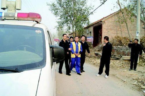 2013年10月23日,郓城警方押解赵某指认现场。 本报通讯员 宋明磊 摄