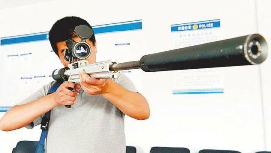 民警在测试查获的非法枪支的杀伤力