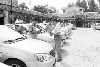 济南市客管办主任崔冰发放道路运输证,最后50辆新车上路
