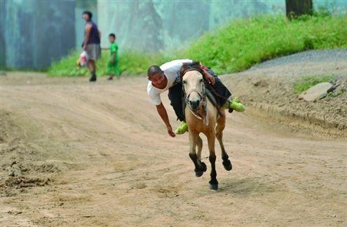 开叉车的史林对于骑马已经驾轻就熟