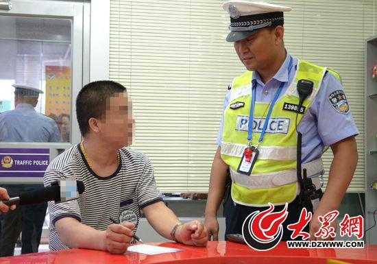 民警对闯红灯的行人进行说服教育,并采集了其身份信息。