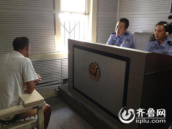 民警正在审讯