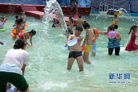 8月27日,市民参加济南泼水狂欢活动。新华社记者冯杰摄