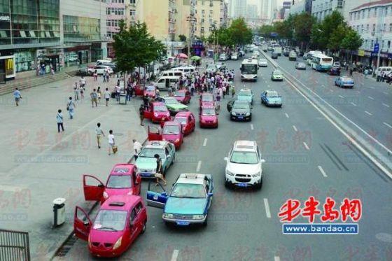 温州路青岛长途汽车站前,不少黑车占了路。
