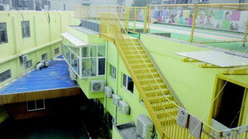 省城花园庄东路上的育才幼儿园,把操场建在了楼顶上。