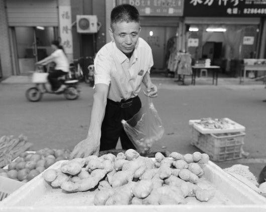 记者 王世翔 报道  8月29日济南一菜市场前来买菜的居民不少,但生姜很少有人问津,急需用姜的居民也是拣几块小的买。