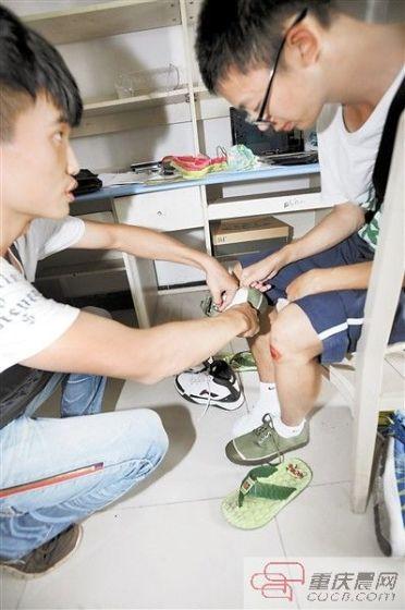 李远皓在批发市场选购卫生巾。本组图/重庆晨报记者 李斌