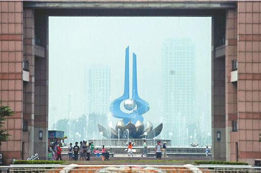 9月9日上午,站在泉城广场向远望去,济南天空一片灰蒙。 记者谢永亮 摄