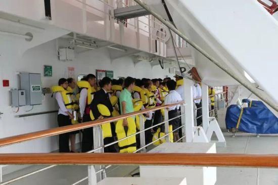 邮轮上的救生演练。
