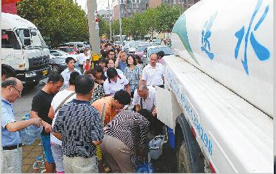 二环西路供水主管网爆管漏水后,水务部门紧急调配送水车辆送水到社区保障居民生活用水。