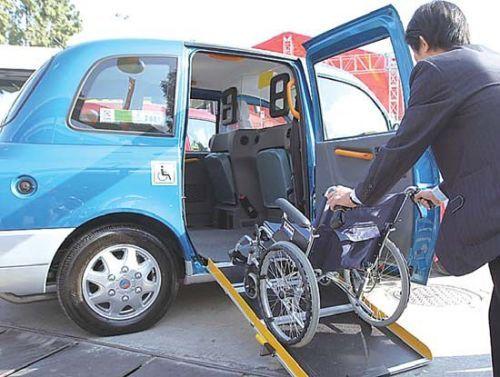 无障碍出租车体空间大,轮椅等器械可自由上下。(资料片)