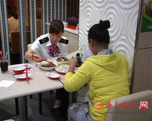 得知莉莉从中午到晚上都没有吃饭后,济南火车站的工作人员带她去饭店,为其买来了爱吃的东北拉皮和鲅鱼水饺。齐鲁晚报记者 尉伟摄