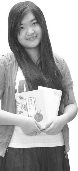 山师校园里,徐晓和她新出版的小说。记者张淑芬摄