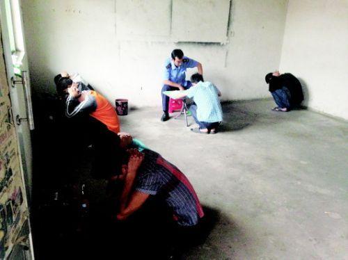 在泰安下旺村一窝点内,一些传销人员被查获。齐鲁晚报记者邢志彬摄