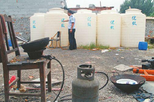 民警在王舍人镇沙河二村检查时,煤气灶旁边存放着大量的甲醇罐。记者陈彦杰 通讯员杨林 摄
