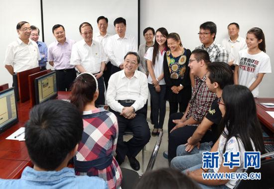 这是9月13日,俞正声在山东大学与新疆籍、西藏籍学生座谈。 新华社记者刘建生摄