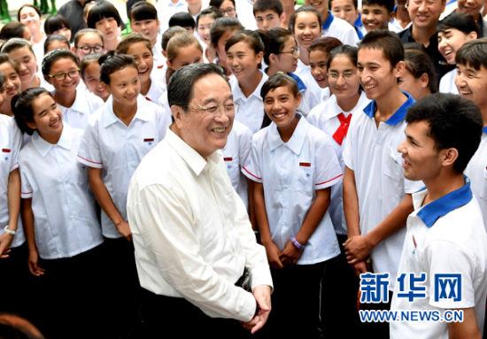 这是9月13日,俞正声在济南长清区长清一中看望新疆內高班学生。 新华社记者刘建生摄
