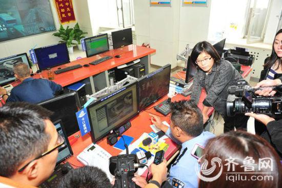 天桥交警组织媒体通过监控观察道路违法行为。