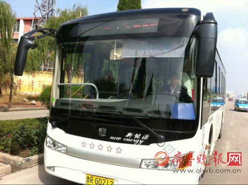 公交车。齐鲁晚报记者姚楠摄