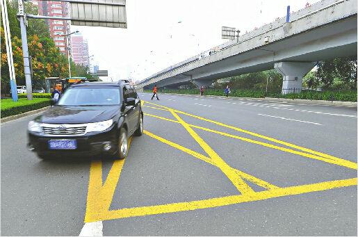 今后,黄网线上停车超10秒将被抓拍处罚。 记者郭尧 摄
